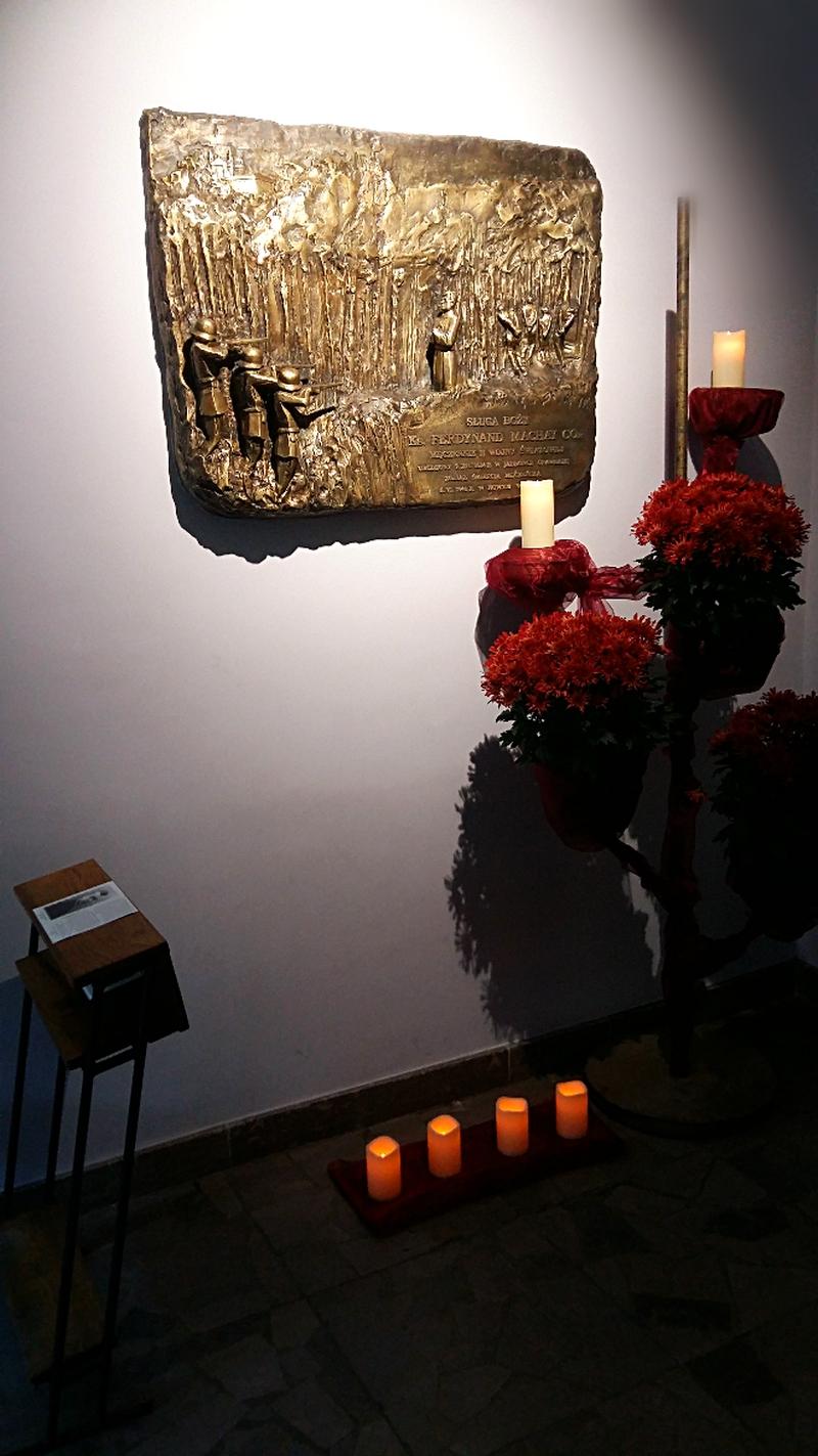 Grób Sł. B.Ks.Ferdynanda Machaya wkościele XX. Filipinów wTarnowie
